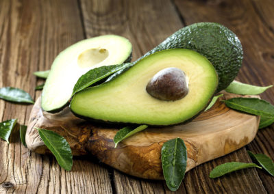Frische aufgeschnittene Avocado auf Holzhintergrund